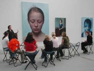 Face it: Einige Klassen besuchten im Gegenstand Bildnerische Erziehung die Ausstellung Gottfried Helnwein im Linzer Lentos.